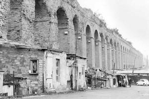 Mandrione, acquedotto alessandrino con baracche
