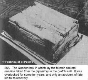 La cassetta di legno che conserva i resti dell'apostolo Pietro e i tessuti nei quali essi furono avvolti.