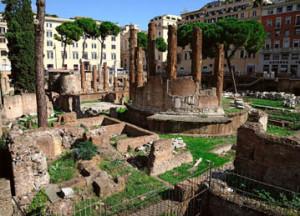 Area sacra di Largo Argentina - In primo piano il luogo dove venne ucciso Cesare.